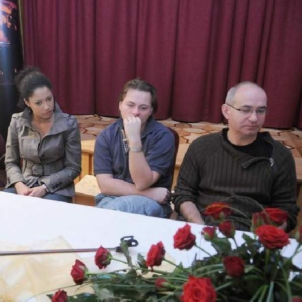Na zdjęciu od lewej: Patricia Kazadi - serialowa Ania, Bogusław Kudłek - Andrzej oraz Krzysztof Dracz, który wciela się w rolę Karola