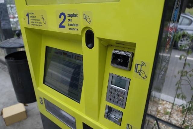Wreszcie stało się to, na co czekało wielu pasażerów MZK w Toruniu. W naszym mieście pojawiły się pierwsze, stacjonarne biletomaty. Będzie można z nich korzystać przez całą dobę. Za bilet zapłacimy zarówno gotówką, jak i kartą. Urządzenia stanęły na nowym węźle przesiadkowym na al. św. Jana Pawła II.