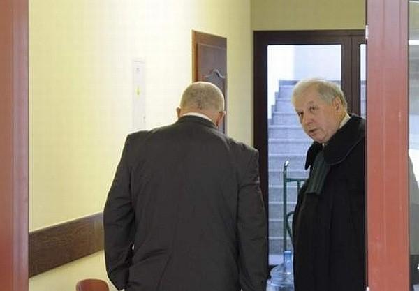 Ginekolog Dariusz P. (stoi tyłem) ponownie stanął przed sądem.