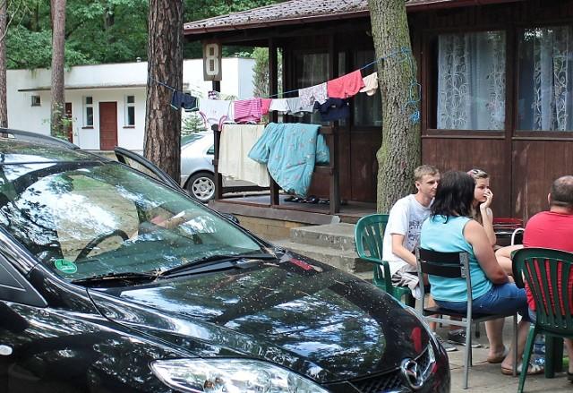 """Latem domki nad Jeziorem Rudnickim """"idą"""" jak ciepłe bułeczki."""