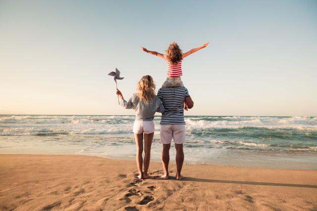 Spacer po plaży w Dzień Dziecka? Warto poświęcić najmłodszym czas!