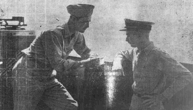 Charles Arnot podczas rozmowy z oficerem pancernika South Dakota o odparciu japońskiego ataku powietrznego na ten okręt