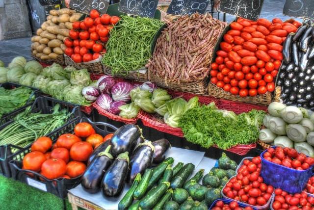 Postanowiliśmy sprawdzić, kto wyda więcej na zakupach spożywczych: wegetarianin czy mięsożerca.  Kilogram mięsnych żeberek czy cukinia i kalafior? Skrzydełek z indyka czy bakłażan? Kotlet schabowy a może bataty? Ceny warzyw zimą, zwłaszcza tych bio, nie ustępują stawkom za mięso.