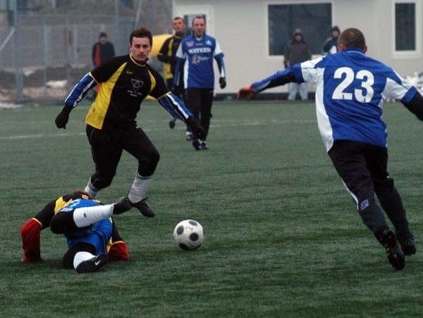 Stal (niebieskie koszulki) w ostatnim sprawdzianie przed rudną wiosenną uległa w Podgrodziu Kolejarzowi Stróże 0-2.