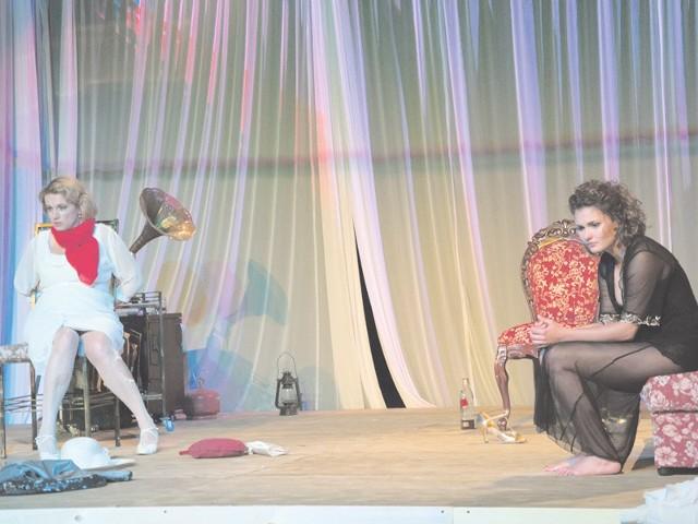 """Rolę Eve w """"Strategii motyli"""" zagra gościnnie Joanna Trzepiecińska. Na scenie partneruje jej Daria Brudnias (z prawej)."""