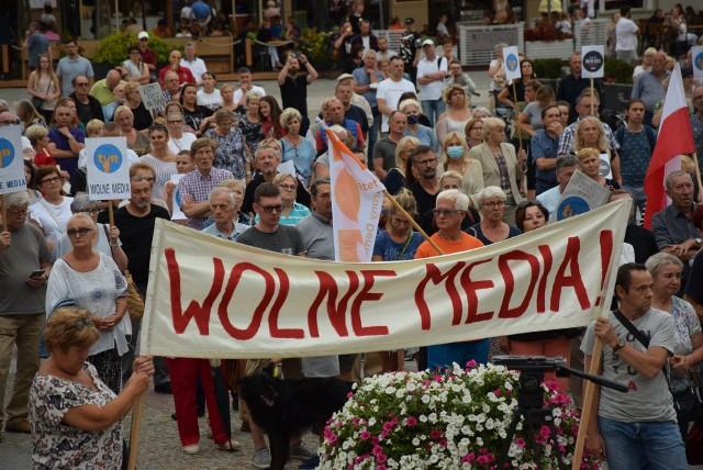 Setki osób wyszło na ulice Białegostoku w obronie TVN-u i wolności słowa. Jutro (11 sierpnia) w Sejmie odbędzie się głosowanie za przyjęciem nowelizacji ustawy o radiofonii i telewizji