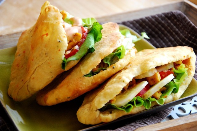 Indyjski chlebek naan z dodatkami to pomysł na nietypowy obiad.