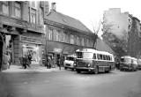 PRL w Łodzi. Ulica Piotrkowska pełna ludzi i autobusów. Niezwykłe ARCHIWALNE ZDJĘCIA dawnej Łodzi