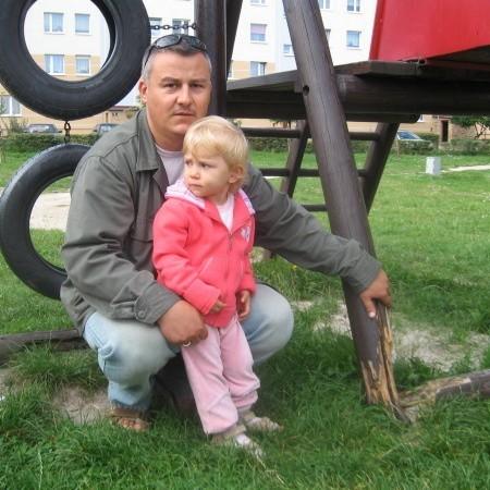 - Odnoszę wrażenie, że spółdzielnia nie zajmuje się placami zabaw - mówi Robert Kudła z córką Julią.