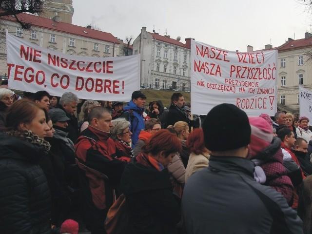 Protest przed Urzędem Miejskim w Przemyślu, po ogłoszeniu planów reorganizacji sieci szkół i przedszoli.