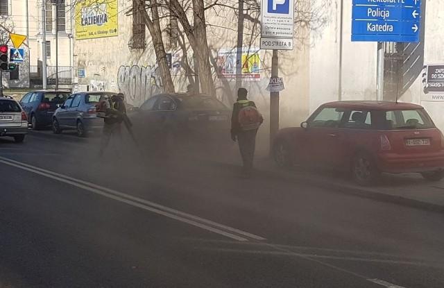 Miasto niedawno ogłosiło wielką akcję sprzątania po zimie. Jak sprzątanie Łodzi wygląda? Najlepiej widać na załączonych w galerii zdjęciach i filmie.