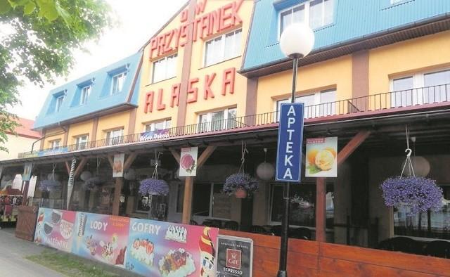Lokal jest czynny cały rok i mieści się w centrum Dziwnówka przy ulicy Kamieńskiej 11