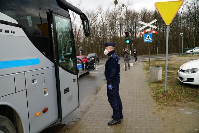 Autokar z Niemiec eskortowany przez policję do szpitala