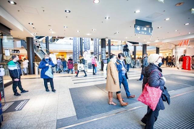 W tygodniu 15-21 lutego br., w dni handlowe, wskaźnik odwiedzalności kształtował się na na poziomie 77 proc. wartości analogicznego okresu ubiegłego roku.