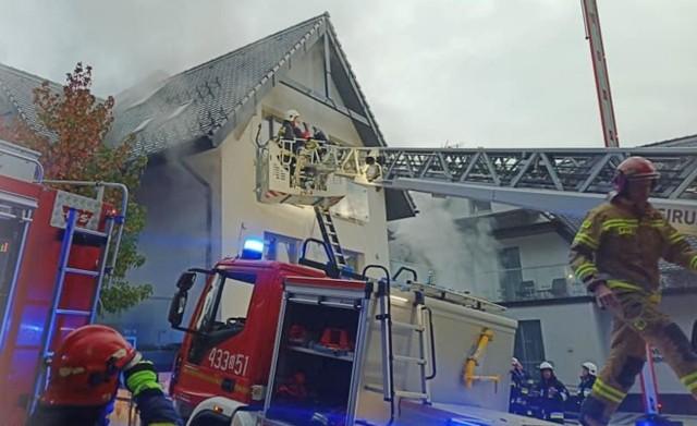 Pożar w Vilii Rubinstein w Wiśle. Ogień w SPA, jedna osoba uwięziona na balkonie.Zobacz kolejne zdjęcia. Przesuwaj zdjęcia w prawo - naciśnij strzałkę lub przycisk NASTĘPNE