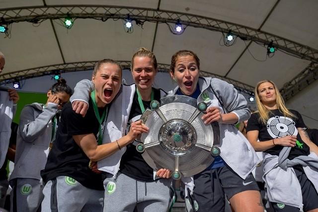 Ewa Pajor (z lewej) ze zdobycia mistrzowskiego tytułu w Bundeslidze cieszyła się ze swoimi koleżanki z VfL Wolfsburg w szalony i sugestywny sposób