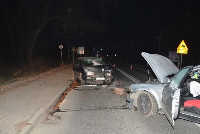 Na odcinku drogi wojewódzkiej nr 990 w Ustrobnej  34-latka kierująca volkswagenem passatem, zjechała na przeciwległy pas ruchu i zderzyła się z golfem.Najcięższych obrażeń doznała 65-letnia pasażerka passata, która została przetransportowana do szpitala. Życiu kobiety nie zagraża niebezpieczeństwo. Kierujący byli trzeźwi.ZOBACZ TEŻ: Motocyklista przekroczył prędkość w obszarze zabudowanym. 42-latek nie przyjął mandatu