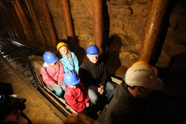 Zabytkowa Kopalnia SrebraTo jedyna w naszym kraju podziemna trasa turystyczna udostępniająca zwiedzanie podziemi po dawnych kopalniach kruszców srebronośnych. Niewątpliwie: robi wrażenie!ul. Szczęść Boże 81godziny otwarcia: pon-pt 9-15, sb-nd 9-17cennik: od 35/37 zł (bilet ulgowy) do 43/45 zł (bilet normalny), jest także dostępny bilet rodzinny 2+1 (113/119 zł)TOP10 najciekawsze atrakcje turystyczne w Tarnowskich Górach. Zobacz kolejne zdjęcia. Przesuwaj zdjęcia w prawo - naciśnij strzałkę lub przycisk NASTĘPNE >>>