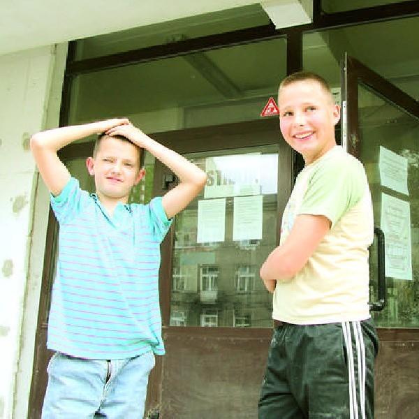 Artur i Kuba kręcili się wokół  Szkoły Podstawowej nr 3 we Włocławku, bo nie mieli pomysłu, co zrobić z wolnym czasem