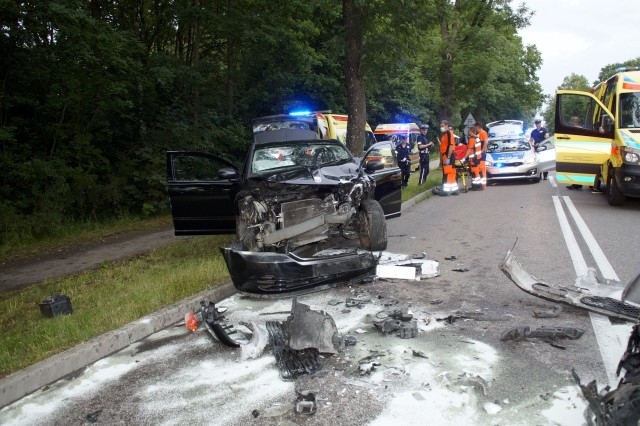 Dziś (poniedziałek 29.06)  około godziny 19 w Bierkowie doszło do groźnie wyglądającego zderzenia 2 samochodów. Na miejscu zdarzenia pracowali policjanci ze słupskiej drogówki, straż pożarna. Pomocy uczestnikom zdarzenia udzieliła załoga przybyłej karetki pogotowia. Policja ustala szczegóły zajścia.  Na miejscu mogą występować utrudnienia w ruchu.