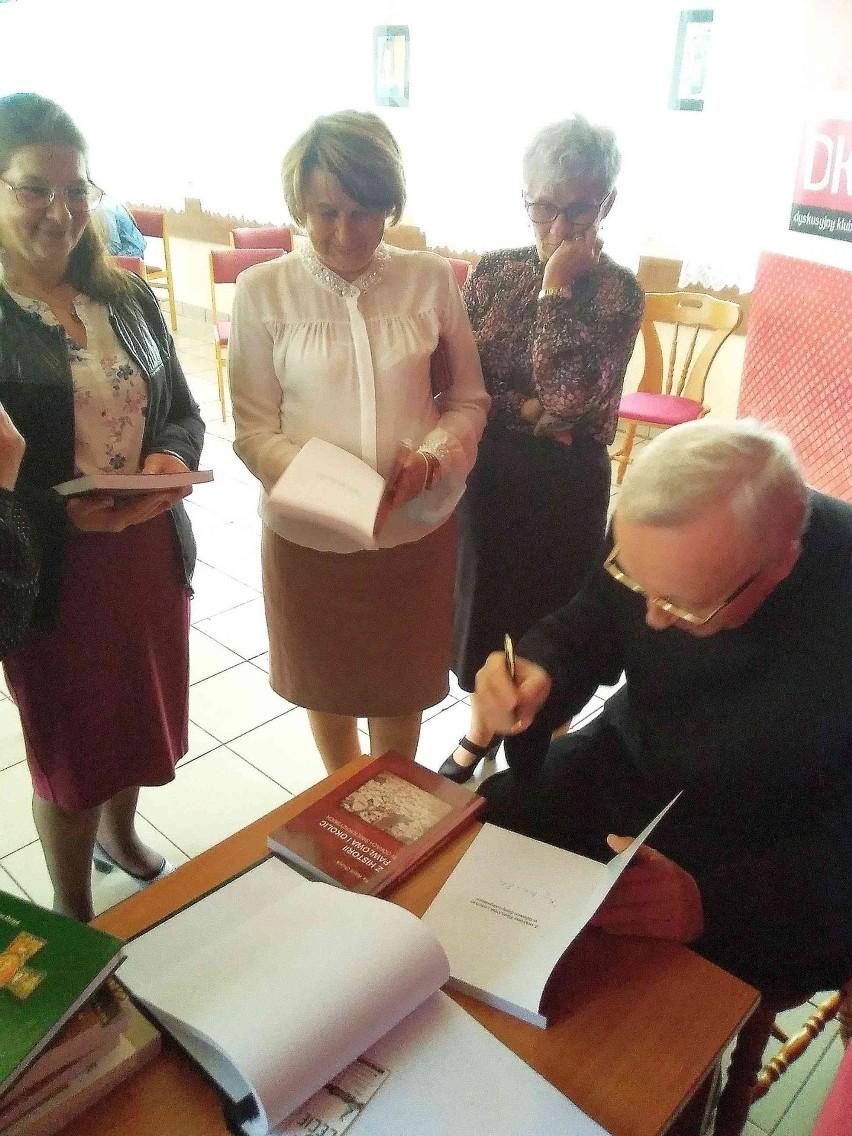Nowy Przyjaciel Biblioteki w Pawłowie. Tytuł i statuetka trafiły do księdza doktora Adama Orczyka [ZDJĘCIA]
