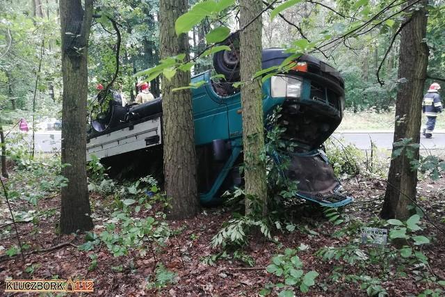 Wypadek samochodu dostawczego, przewożącego butle z gazem.