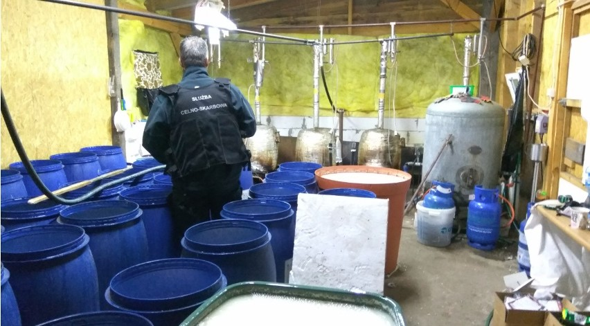 Gródek: Największa bimbrownia w Podlaskiem rozbita przez KAS. Znaleźli ponad 1000 litrów czystego alkoholu [ZDJĘCIA, WIDEO]