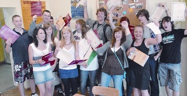 Wyniki maturalne? Super! W zielonogórskim III Liceum Ogólnokształcącym uczniowie klasy IIIa  tak wczoraj cieszyli się ze świadectw dojrzałości.