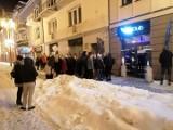 SkyClub Białystok otworzył się w piątkową noc. Interwencja policji. Ludzie czekali na wejście na mrozie w środku nocy (zdjęcia)