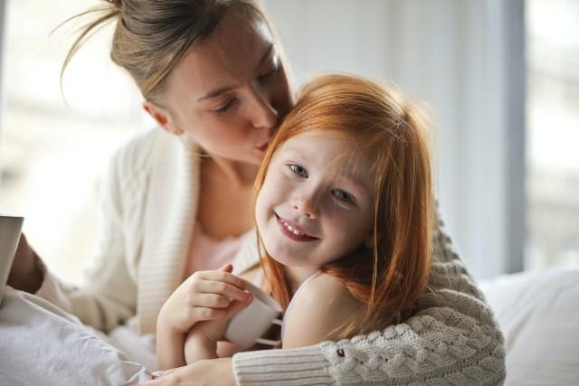 Łącznie roli matki i pracownicy nie jest proste. Wiele kobiet boi się zmierzyć z tym wyzwaniem. Podpowiadamy, co zrobić, żeby dać sobie radę w życiu prywatnym i zawodowym!