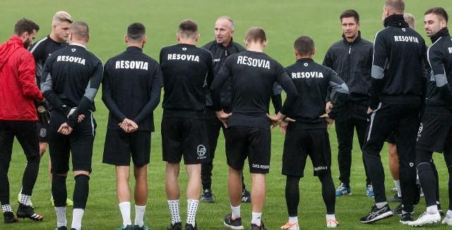 Pierwszy trening Apklan Resovii z Jackiem Trzeciakiem, który ma być nowym trenerem 1-ligowca. Kibice jednak chcą, żeby został Szymon Grabowski! WIĘCEJ INFORMACJI