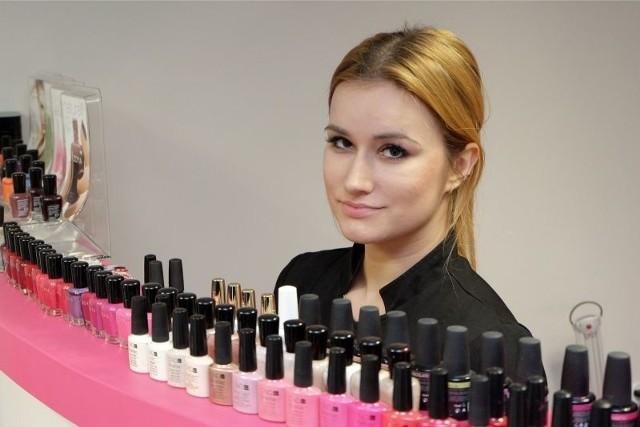 24 - letnia Urszula Horodeńska po skończeniu studium rozpoczęła staż w salonie kosmetycznym. Tu ma możliwość praktycznej nauki zawodu oraz zdobycia doświadczenia. Liczy na umowę o pracę.