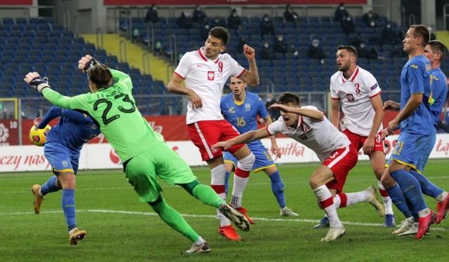 Jakub Moder (nr 9) najpierw trafił w słupek, ale dobitka znalazła już drogę do siatki i pomocnik Lecha Poznań mógł cieszyć się z pierwszego gola dla reprezentacji Polski