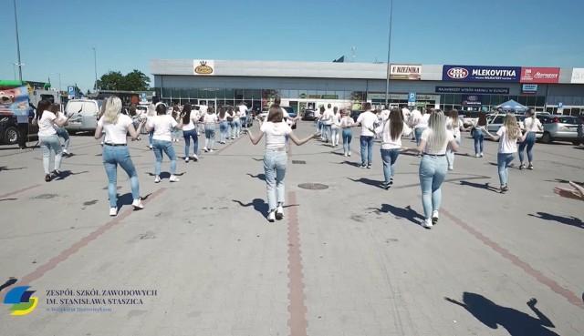 Zatańczyli na parkingu do popularnego hitu muzycznego i nagrali to kamerą drona. W ten sposób uczniowie i nauczyciele promują szkołę