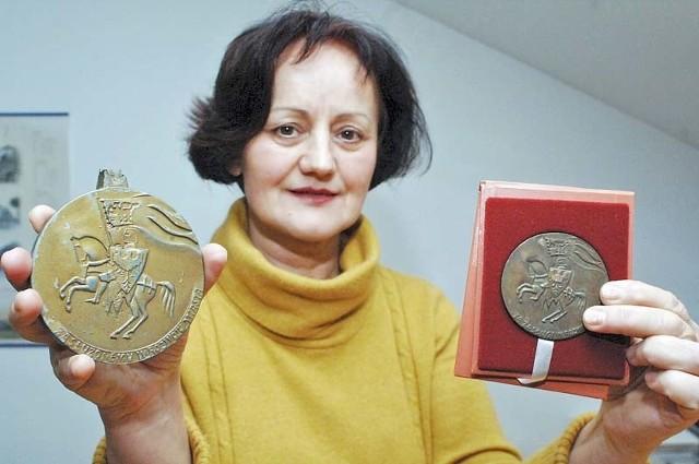 Medale z herbem Koszalina, dzieło Antoniego Grabowskiego, prezentuje Danuta Szewczyk, historyk z Muzeum w Koszalinie. – Czekamy na inne tego rodzaju zbiory obrazujące historię naszego miasta – mówi.