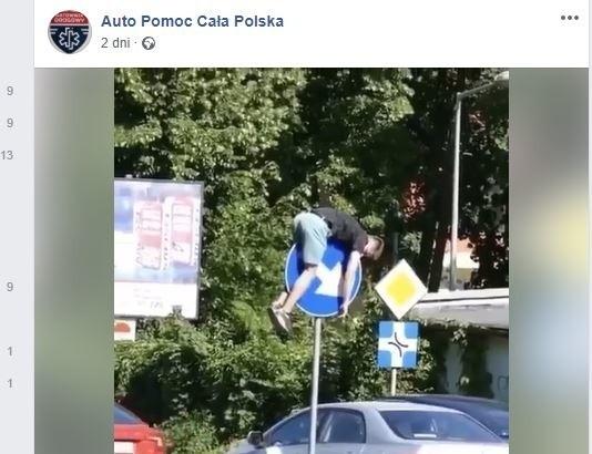 """W sieci niedawno pojawił się film, na którym widać jak mężczyzna dosłownie wdrapał się na znak drogowy i prawdopodobnie zasnął. Wyobraźcie sobie miny kierowców, którzy mijali delikwenta. Zdumieni internauci zaczęli się zastanawiać jak on tam się wdrapał. Oto niektóre z komentarzy: - Dziki go goniły i uciekł na znak :) człowiek w takich sytuacjach jest w stanie zrobić wiele:)- Nieźle dal czadu super noc Jak wlazł Tak Teraz zejdzie- Widać, że w okolicy melanż był- Jak on tam wszedł? Młodym w głowach się przywracaPod postem widnieje także wpis, że sytuacja ta miała miejsce w Gorzowie. Jak skończyła się """"drzemka"""" tego pana i kiedy nakręcono to wideo? Tego nie wie nikt. ZOBACZ TEN FILMIK - KLIKNIJ DALEJ"""
