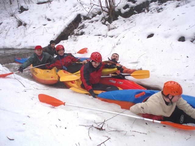 Zimowe kajakarstwo, zwłaszcza na kajakach górskich i w małych grupach, daje duże możliwości penetrowania niewielkich, trudnych technicznie rzek