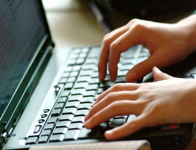 Anonimowa krytyka szefa w internecie może mieć bolesne skutki