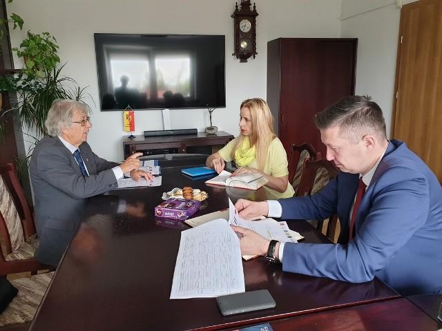 Z lewej Jean Pierre, obok Jan Perkowski, starosta powiatu białostockiego