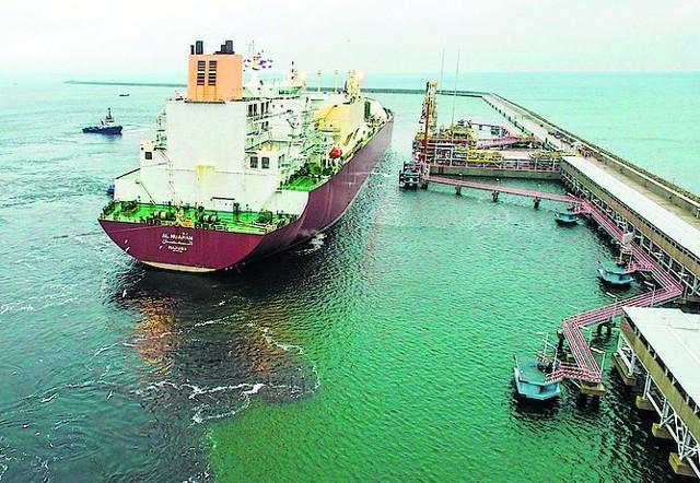 Gazowiec, po jednej z dostaw, opuszcza istniejące już nabrzeże Terminalu LNG w Świnoujściu