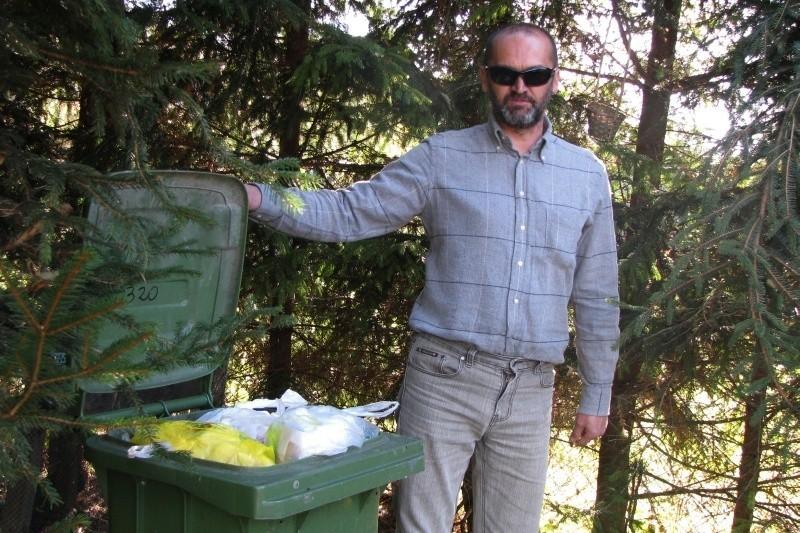 - Ostatnio wystawiłem kubeł kilka minut za późno. Teraz będzie czekał na odbiór przez cały miesiąc – mówi Leszek Sirko z Dwernika.