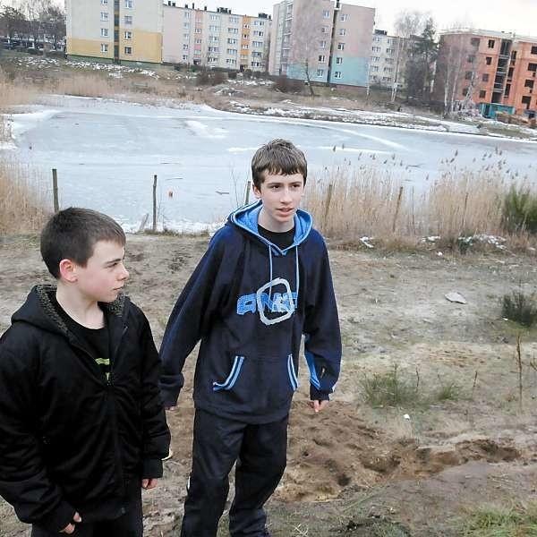Tomasz Giet (z lewej) i Maciej Pieczykolan woleliby, aby jezioro w tym miejscu pozostało.
