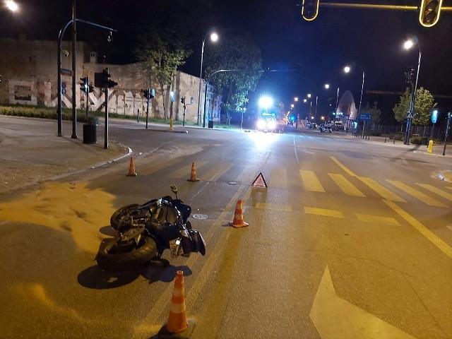 Do wypadku doszło w środę (27 maja) nocą w Łodzi przy ulicy Wólczańskiej. Pijanemu motocykliście grozi do dwóch lat więzienia.CZYTAJ DALEJ NA NASTĘPNYM SLAJDZIE
