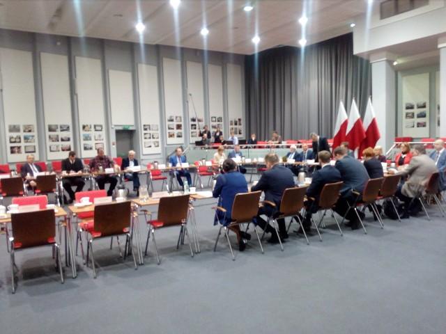 Na spotkaniu krzesełka posłów PO stały puste...