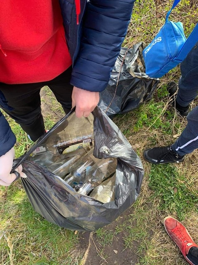 Butelki i plastik - głównie takie śmieci zalegają wokół Jeziora Więcborskiego. Posprzątali je m. in. wychowankowie więcborskich domów dla dzieci