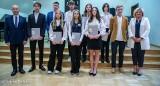 Sześciu prymusów i trzy prymuski. Najlepsi absolwenci szkół podstawowych w Stargardzie z nagrodami prezydenta miasta. Dostali po 1000 zł