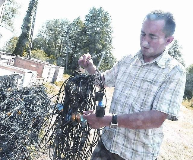 - Do badań musimy ułożyć 230 km takiego kabla - pokazuje Zbigniew Dudek (fot. Paweł Janczaruk)