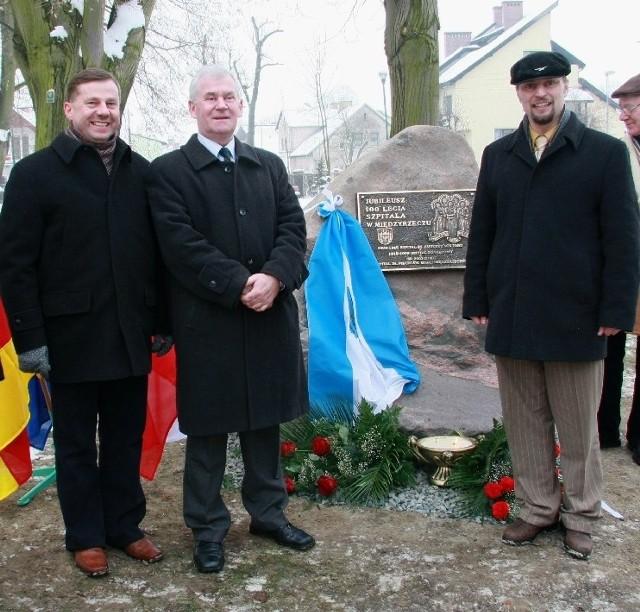W uroczystym odsłonięciu obelisku wzięli udział m.in. (od lewej) wiceprzewodniczący rady powiatu Jarosław Szałata, przewodniczący rady gminy Stanisław Ziemecki i wicestarosta Remigiusz Lorenz.
