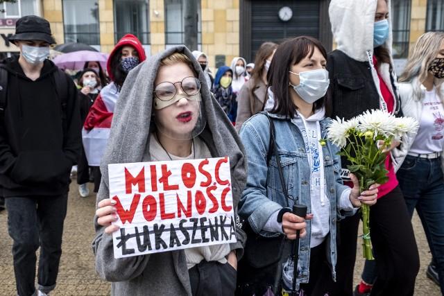 """Podczas zorganizowanego w sobotę, 10 października, marszu zebrało się kilkadziesiąt osób. Uczestnicy wspólnie przeszli ulicami Poznania, by wesprzeć mieszkanki Białorusi, które co sobotę protestują podczas demonstracji nazywanych """"WomenInWhite"""". Marsze te zazwyczaj kończą masowymi aresztowaniami, dlatego ludzie na całym świecie chcą wesprzeć odważne Białorusinki. Poznański marsz wyruszył spod pomnika Cyryla Ratajskiego i przeszedł na plac Wolności.Kolejne zdjęcie >>>Zobacz wideo:"""