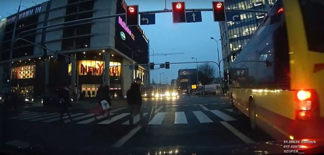 Autobusy obsługiwane przez firmę Michalczewski przejechały przez skrzyżowanie na czerwonym świetle.